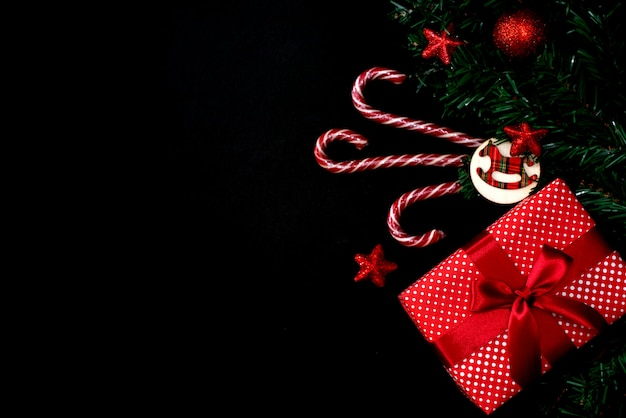 Рождество или новый год темный деревянный фон