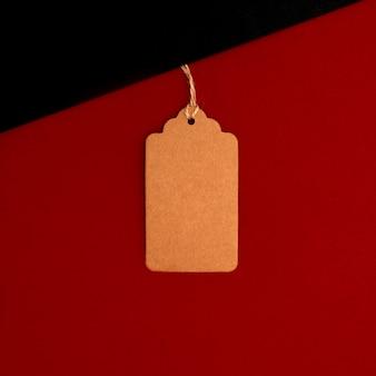 暗い灰色の背景に対して書かれた販売の赤い紙ラベル