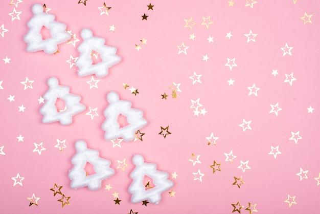 ピンクの背景に白いクリスマス雪の装飾。クリスマスの壁紙