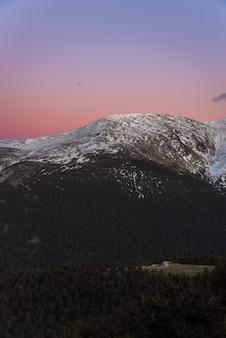 夕暮れの山