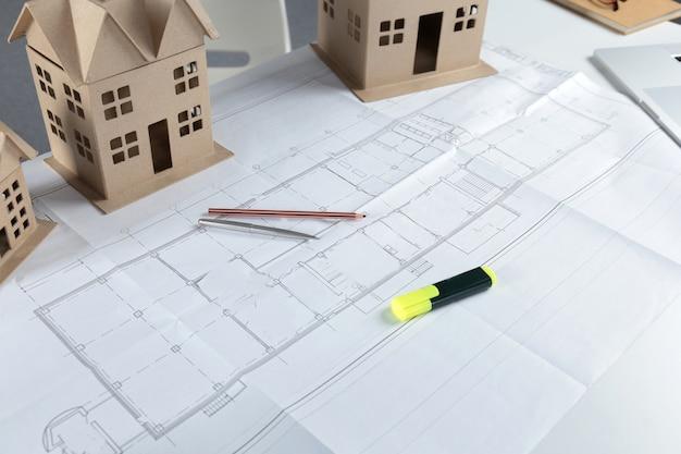 新しいデザインや家の改善のための家の計画の青写真とモデルの概念
