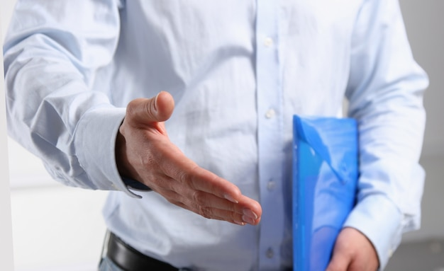 握手を求めて手を提供している実業家
