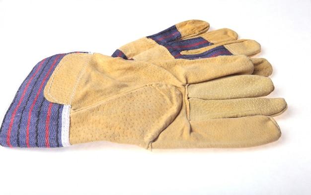 白で隔離される保護作業用手袋のペア。