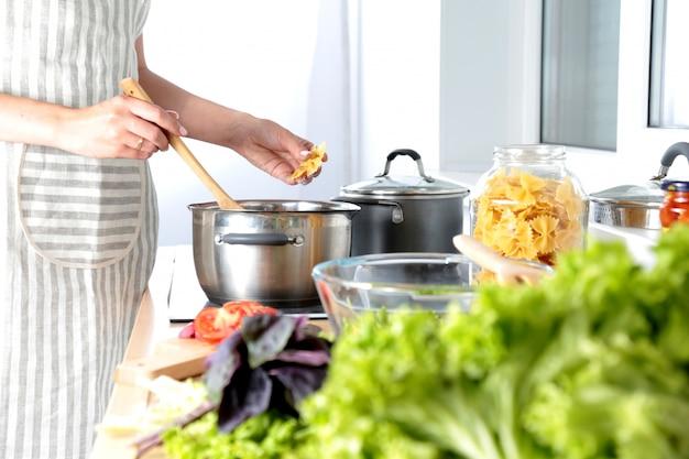 まな板の上の新鮮な野菜、ガラス皿のサラダ。