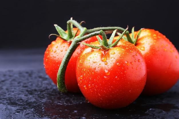 非常に新鮮でおいしい赤いトマトのトマト支店
