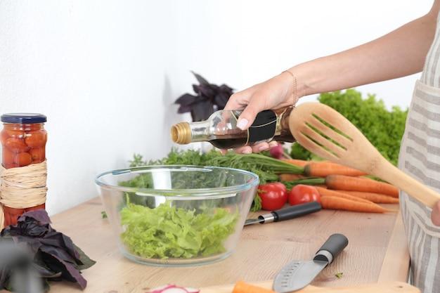 まな板の上の新鮮な野菜、ガラス皿のサラダ。料理のコンセプト