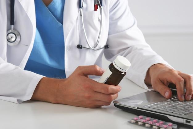 多くの異なる薬を保持している医師の手