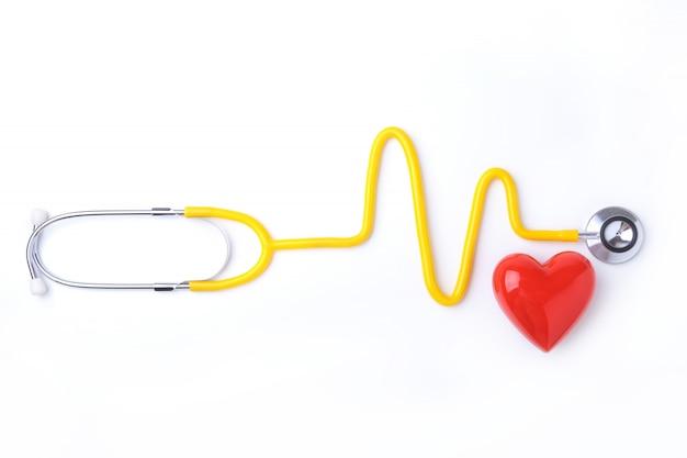 Красное сердце и стетоскоп на белом фоне