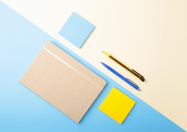 Блокнот, ручка, карандаш и другие материалы для офиса. копировать пространство вид сверху.
