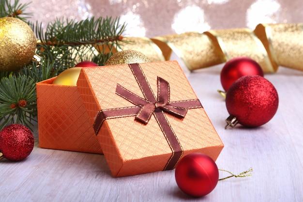 Новогоднее украшение с подарочными коробками, разноцветными елочными шарами и елкой