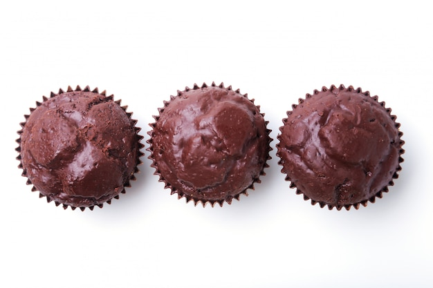 レーズンとチョコレートは、白い背景で隔離のおいしい自家製カップケーキの盛り合わせ。マフィン。上面図。コピースペース。