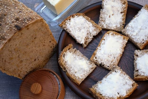 バターと自家製のパンの上の小さなサンドイッチ