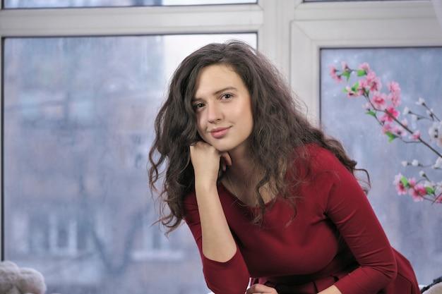 赤いドレスを着た美しい魅力的な女の子