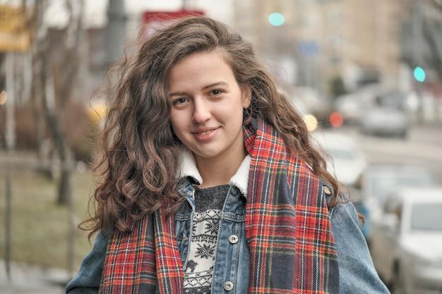 赤の市松模様のスカーフで美しい魅力的な女の子