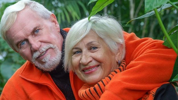 幸せな美しい老夫婦夫婦