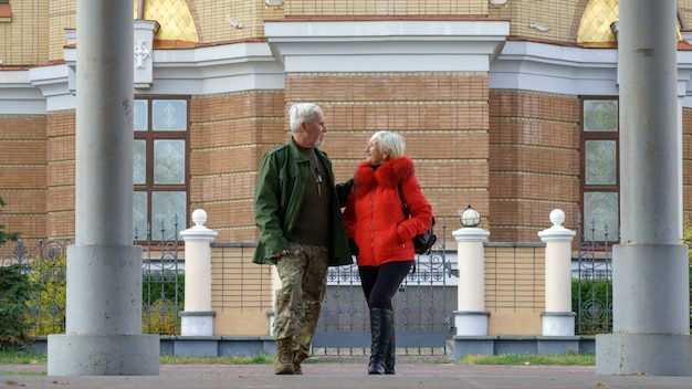 Портрет любящей пожилой пары