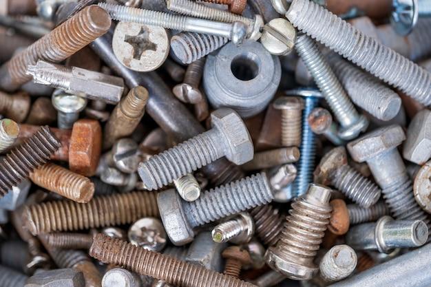 異なる直径の金属製ボルト