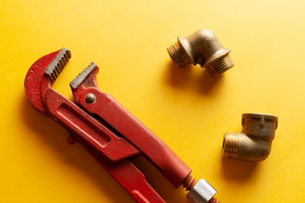 Обезьяна ключ на желтом фоне с некоторыми подходящими разъемами. для дизайна и декорирования