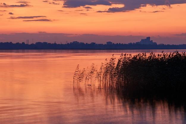 湖と街のカラフルな夕日