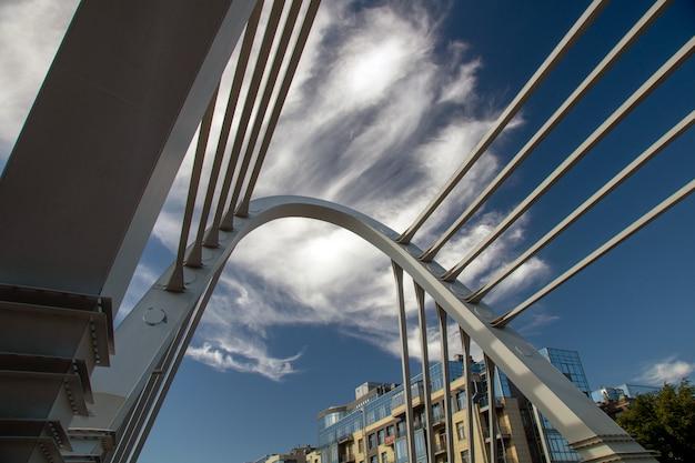 夏の晴れた日に都市の景観におけるケーブル橋