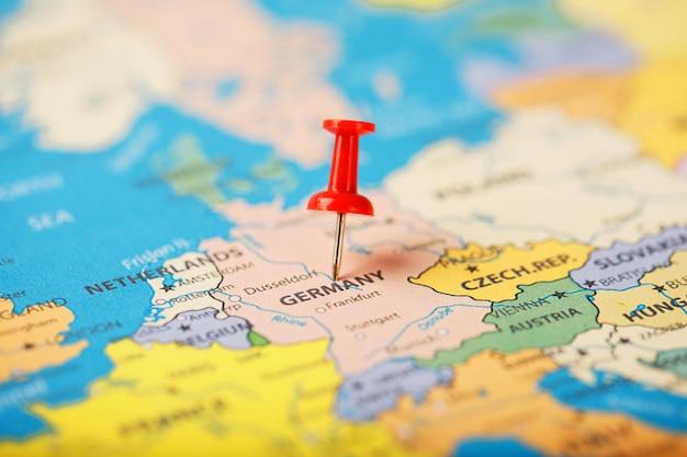 Местоположение пункта назначения на карте германии обозначено красной канцелярской кнопкой
