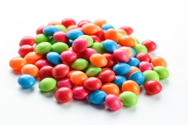 Разноцветные конфеты на белом фоне