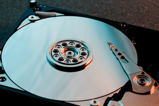 Разобрали жесткий диск с компьютера, жесткий диск с зеркальным эффектом