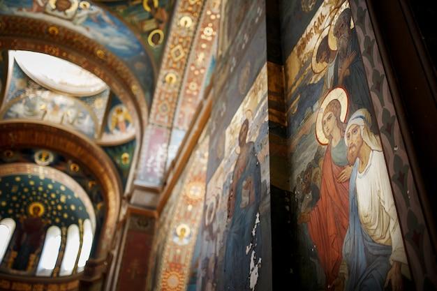 アブハジアの新しいアトスジョージアアブハジアのノヴィアフォン正統派修道院の美しいインテリアと暗い色のフレスコ画