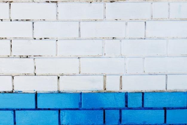 抽象的な垂直モダンな正方形の白いレンガタイルの壁のテクスチャ。青色