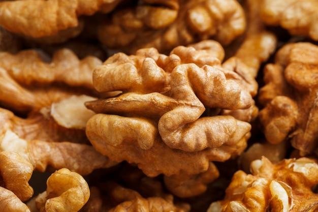 Грецкие орехи продаются на рынке специй. грецкие орехи помогают снизить уровень холестерина. хорошие зерна едят здоровыми.