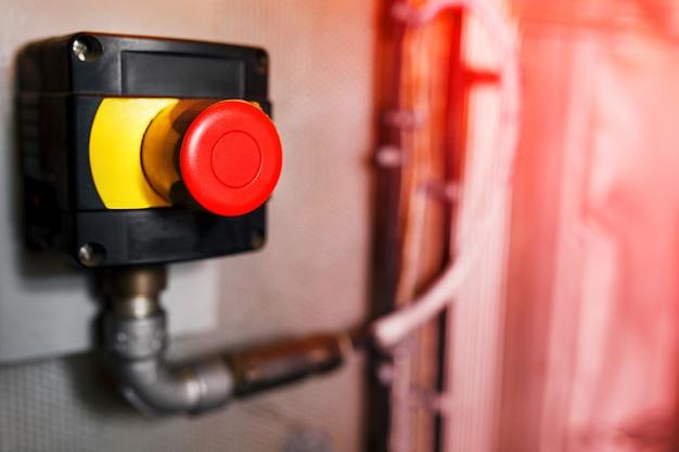 手動で押すための大きな赤い緊急ボタンまたは停止ボタン。産業機器用の停止ボタン、緊急停止。
