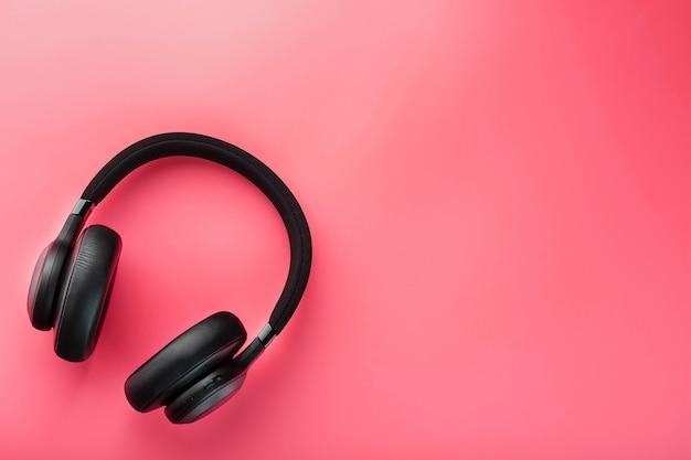ピンクに黒のワイヤレスヘッドフォン