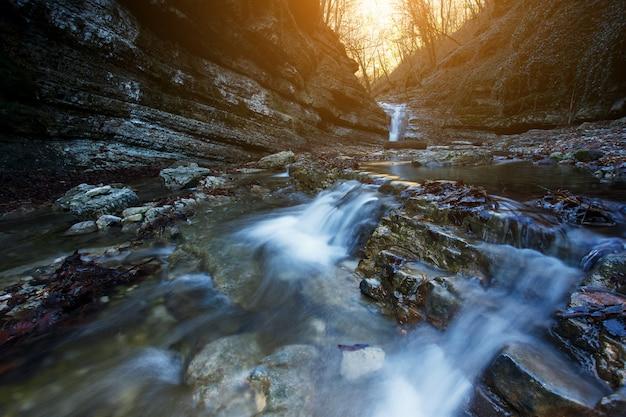 山の川の美しい滝