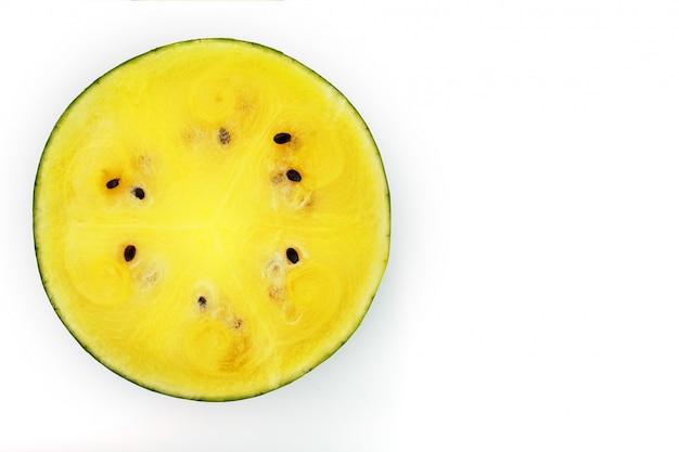 黄色のスイカのジューシーな果肉のテクスチャ