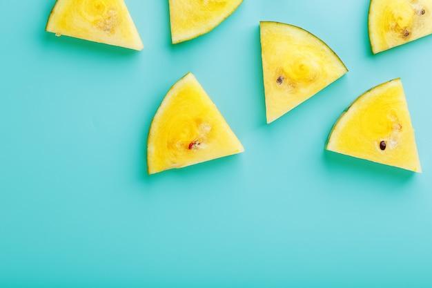 青の新鮮な黄色のスイカのスライス
