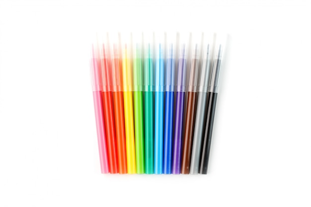 Разноцветные фломастеры, маркеры на белом изолированные
