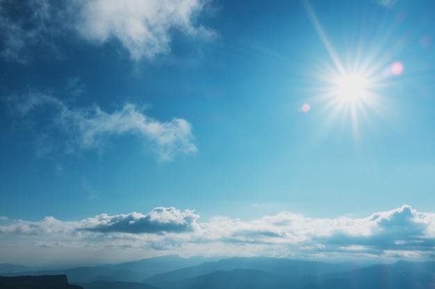 Пейзажи с голубым небом и облаками, маршрут через горные вершины и холмы через величественные