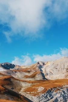 雄大な風景の中の山頂と丘を通るルート
