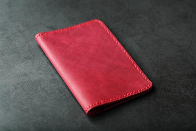 パスポート用の赤い革のカバー。本革、手作り、クローズアップステッチ