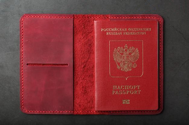 本革の手作りの赤いパスポートカバー。