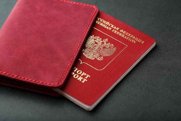 Красная обложка на паспорт из натуральной кожи ручной работы.