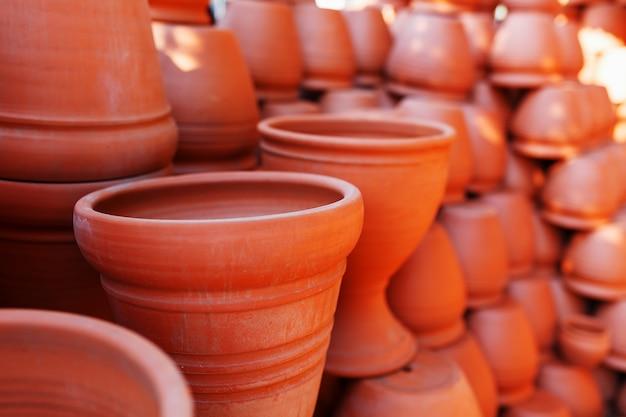 茶色のテラコッタ色の粘土で作られた手作りのセラミック食器