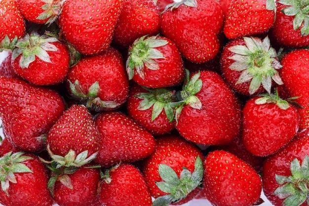 ジューシーで熟した天然の赤いイチゴ