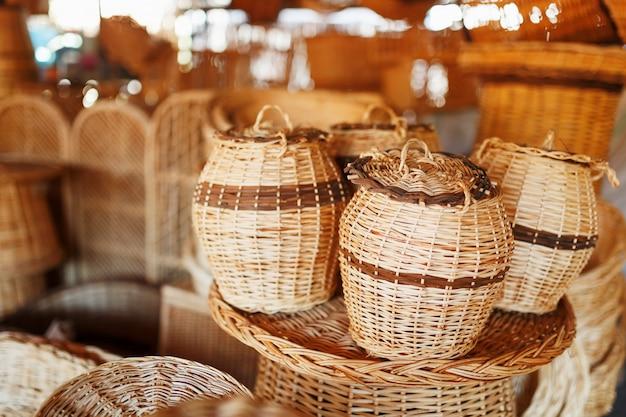Плетеные корзины, предметы и сувениры ручной работы на уличном ремесленном рынке