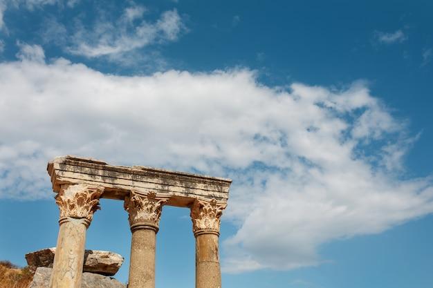 Колонны руины древнего города эфес на фоне голубого неба в солнечный день.