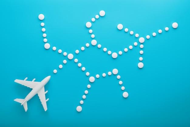 Белая модель пассажирского самолета с пунктирными точками траектории, изолированных на фоне