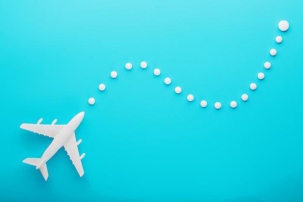 Белый пассажирский самолет с траекторией маршрута из точек