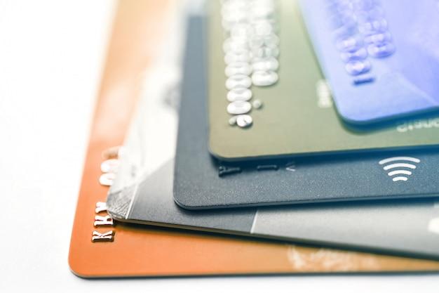 セレクティブフォーカスマイクロチップを備えた電子非接触クレジットカード。クレジットカードのマクロ。