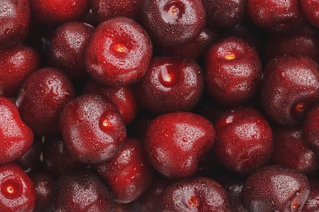 水と甘いチェリーの熟した新鮮な果実は、クローズアップを削除します。