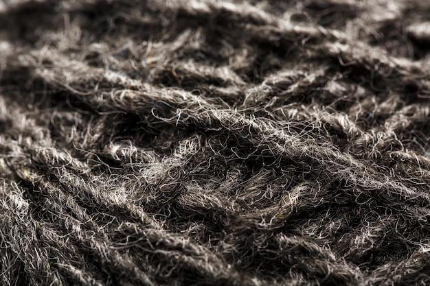 縫製用のグレーの糸でウール糸のクローズアップ